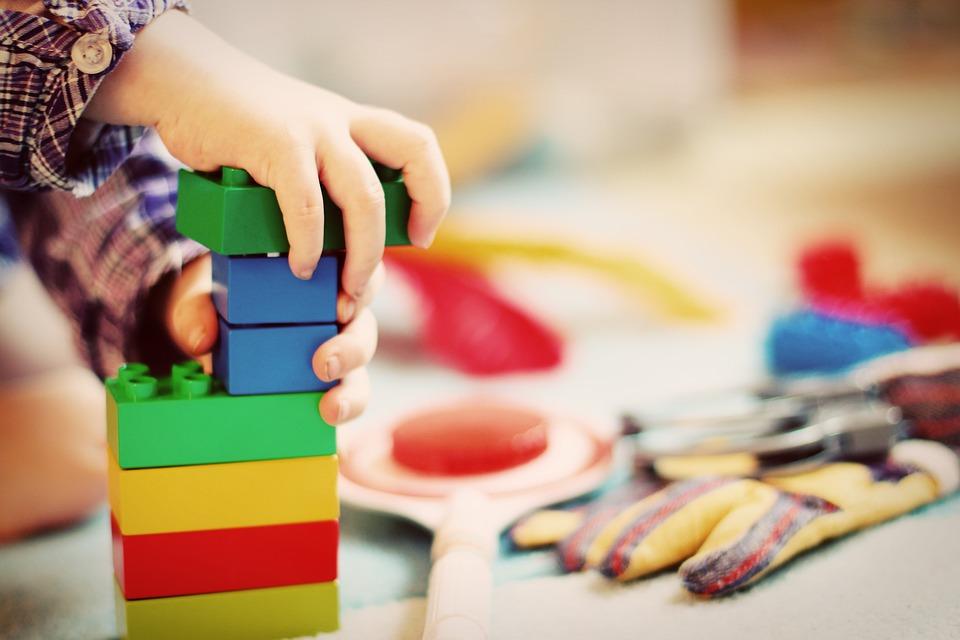игрушка в руках ребенка