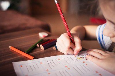 Ребенок в руке карандаш